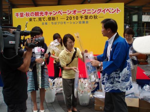 森田知事を見たくて前にいたら、先着150名にガーベラと新米のプレゼントが!<br />これから旅行、米どころ新潟県民にもかかわらず、貰ってしまいました。