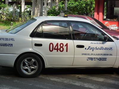 セブのメータータクシーはボディに4桁のナンバーが義務付けられたようです。<br /><br /> 悪徳タクシーは確実に減っているように思えます。<br /><br /> と思いきや、一筋縄では行かないのがフィリピン。一気に締め付けると貧しいドライバーから反感買うのもまずいということで、金持ち観光客からは少々高めの料金を払ってもらいましょうと苦肉の策。<br />