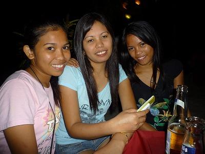 アロナビーチの美人三姉妹。<br /><br /> 左端は3年前にアロナビーチ グワッパ大賞を差し上げたヴァネッサちゃん。