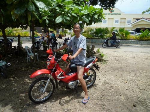 パングラオ島アロナビーチではバイクレンタルが一杯あります。1日千円、1時間200円。<br /><br /> ちゃんとしたホテルで申し込むと、パスポートやら免許証やらが必要ですが、道端のお兄ちゃんから借りると一切チェックなし。<br /><br /> 「二輪免許持ってないけど」と言ったら「ノープロブレム、パングラオ島から出なければOK」とのこと。<br /><br /> 目の前にお巡りさんもいるけど「免許見せろ」などとは絶対チェックされません。