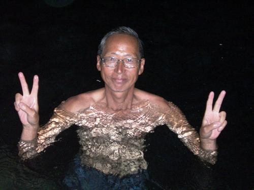 バイクで行った「ヒナグダン洞窟」の中で泳ぎました。(水に浸かっただけ)<br /><br /> 写真で見ると水が綺麗です。実際は真っ暗でよく見えませんでした。ちょっと怖い。