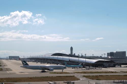 8月28日(土)<br /><br />今回は、関空発、香港経由でケアンズ入国、ケアンズからエアーズロック入りという乗り継ぎ、乗り継ぎの格安券で行くことにしました。<br /><br />関空の展望ホールで香港行きのキャセイ便が到着。あわててチェックインに向かいました。