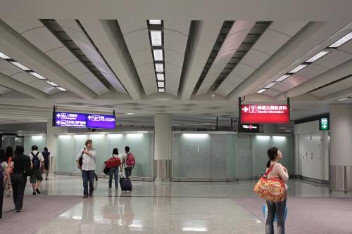 定刻で乗り継ぎ地の香港到着。殺風景な到着ロビーです。