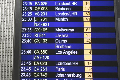 乗換え口で迷いましたが、出発フロアへ無事移動。<br />この時点ではケアンズ行きCX103は定刻の23:40となっていますが、これが00:15に、更に01:00になってしまいました。<br /><br />ケアンズでのエアーズロック便の乗換え時間はもともと1時間50分しかなかったので、完全にギリギリです。<br /><br />乗換えできるのでしょうか。