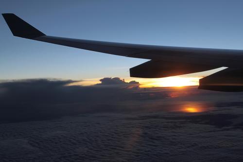 8月29日(日)<br /><br />何回か乱気流エリアを通過し夜明け。<br />朝日が海面に反射しています。