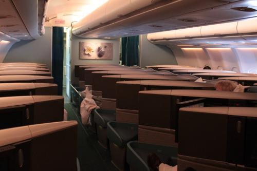 着陸30分前、私たちがケアンズでの乗り替え時間が少ないと分ったキャセイのCAが、空港に着いたら真っ先に降りられるようにビジネスクラスに案内してくれました。初、ビジネスクラスです。<br /><br />しかし、到着したのは10:20、エアーズロック行きには到底間に合いません。<br /><br />そこで、キャセイがアリススプリングス経由のエアーズロック行きを予約してくれました。
