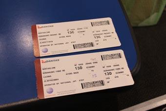 着陸後、真っ先に入国し、国内線ターミナルへ行くものの、アリススプリングス行きも既に遅し。<br /><br />万事休すと思われましたが、カンタスのマネージャーに文字通り「なんとか」してもらい、エアーズロック便に乗れることになりました。<br /><br />これはその搭乗券です。ああ、よかった。