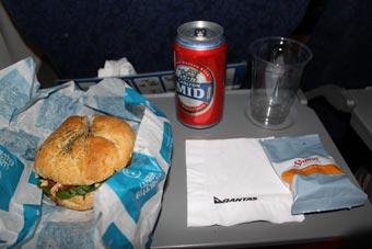 空港での待ち時間機、ほとんど食べてなかったので、機内でビールとクロワッサンサンド。機内食もありました。サンドイッチでしたが。