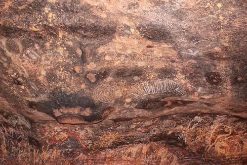 クニヤ・ウォーク沿いにある壁画。<br /><br />ウルル・カタジュタは世界遺産の自然遺産に認定されていますが、このように壁画などが多数あるため文化遺産にも認定されています。複合遺産?