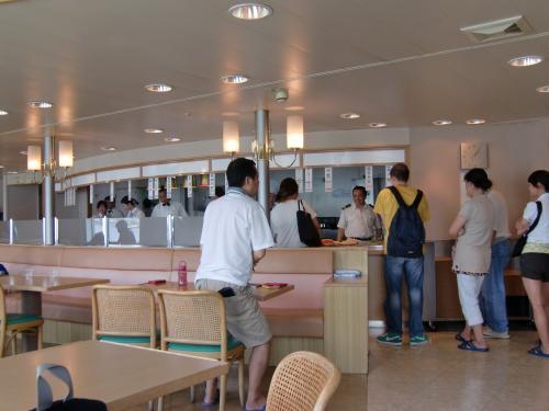 船の食堂です。<br /><br />朝ごはんは乗船料に含まれているので、昼と夜をここでお金払って食べます。<br /><br />1日目のお昼は、部屋で隣だった中国の女の子と一緒しました。<br /><br />酢豚ぽいものがおいしかった。いろいろありますが、スイカが人気だったような。<br />