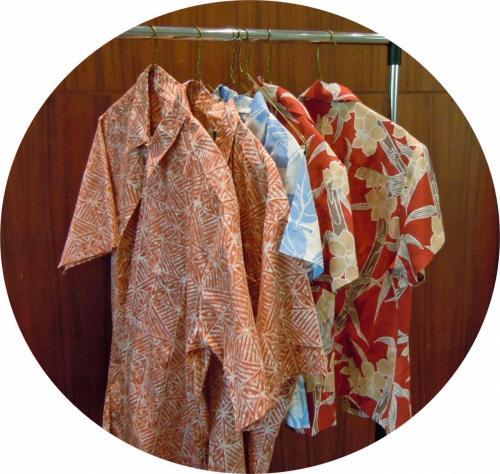 ジェファーソン・ホールではネットから注文しておいた EWC ロゴが袖口に入っているアロハシャツを受け取る。(色違いの2着/一着@$45)