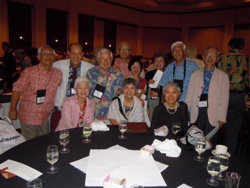ここでも、ディナーの終わりにテーブルを一緒した皆で記念撮影とする。