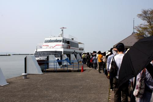 本日は臨時便も出るようで・・・<br />沢山の人出。<br />ちょっと愚痴ですが、琵琶湖汽船代往復にしても\2980ってお高い。<br />まぁ〜冬場は島へ渡る人も少ないからしょうがないのかな。