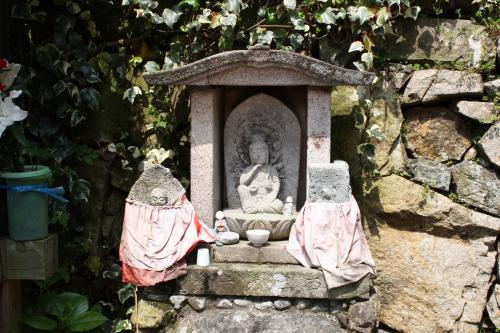 途中、観音さまのお告げがあって掘ったという瑞祥水の横に可愛い石仏があります。<br />如意輪観音スタイルのこのけだる〜い座り方好きだなぁ^^<br />