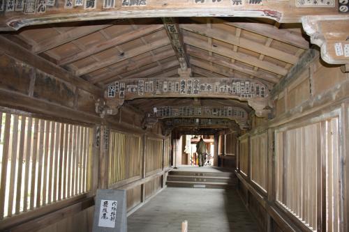 観音堂と都久夫須麻(つくぶすま)神社とは船廊下(重文)で繋がっています。<br />天井を見るとやはり船ですよね。<br />うぅ〜ん、納得。