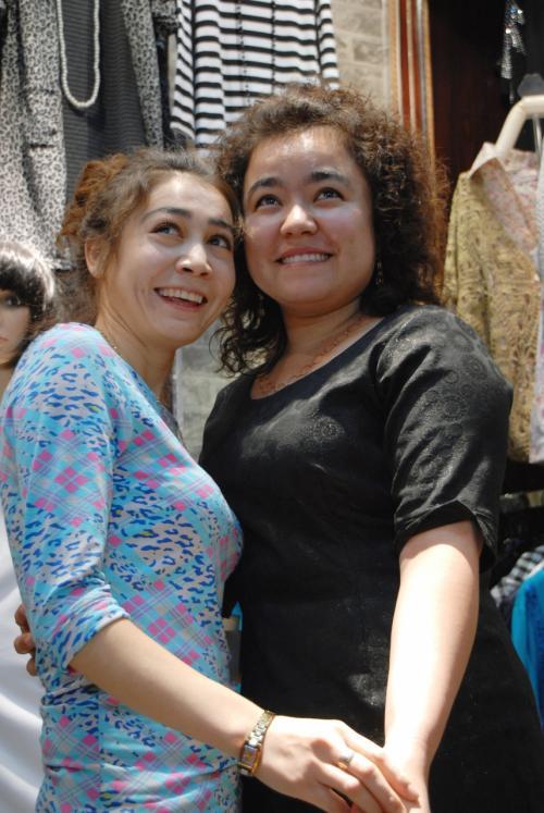 彼女の「一番の友人」と言うお向かいのお店の老板女(ラオパンニャン)と記念写真。<br />このポーズ取りにはもう慣れました・・・(^灬^;<br /><br />司馬義さん一家も烏魯木齊の維吾爾人ですが、漢族の爺ぃと彼らとは何の因縁もなく、逆にとてもフレンドリーです。<br /><br />みんながこうなって欲しいです。