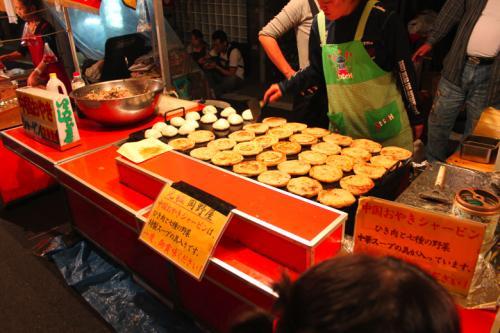 続いて、中国おやき『シャーピン』なる物を<br />ひき肉と七種の野菜が特製スープで煮込んだ物が<br />入っている。<br />ギョウザ味のおやき。<br />初めて食べたが美味しかった。<br />