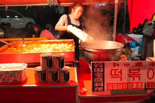 韓国の『トッポギ』の屋台にはびっくり<br />こんなに色々な店があるんだったら<br />最初にあんなベタな物を食べるんじゃなかった、と<br />後悔