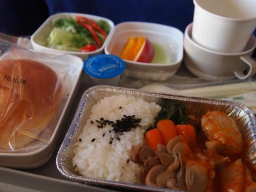 おはようございます!<br /><br />今回の飛行機は中国国際航空CA162便。<br />機内食(チキンライス)はこんなんでした。<br />ライスとパン・・・どんな組み合わせ・・・。<br />しかしお持ち帰りしたこのパンが翌日大活躍することになるのです。<br />旅は何が起こるかわかりません。<br /><br />本日晴天也。良い旅になりますように〜