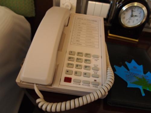 電話はこんな感じ。漢字表記じゃない(_ _*)・・・シュン<br />中国のホテルに泊まる度に電話の写真を撮ってる気がします。<br />上海の和平飯店の電話が好きでした。
