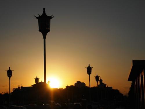 やってきたのは前門。<br />すでに日が落ちかけています。ただ今18時40分。<br />街のど真ん中なのに見事な落日です。<br />電線や高い建物がないから広々としていて、シルエットで浮かぶ人や車の影に見とれてしまいます。<br />