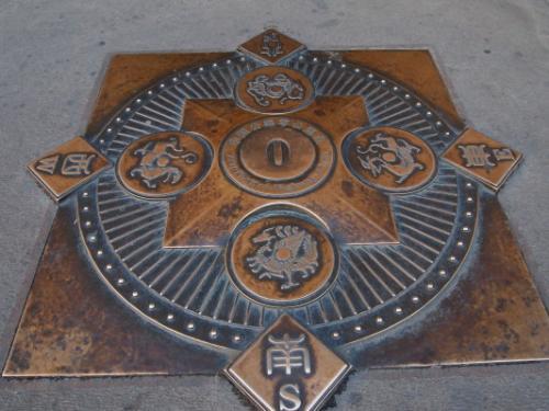 門をくぐるとこんなマンホール。<br />東西南北とそれを守る四神(青龍、朱雀、玄武、白虎)が描かれています。<br /><br />正陽門は、皇帝や皇族だけ通ることが出来た正門です。もともとは明代に建設されましたが焼失してしまい、現在の門は1905年に再建されたもの。