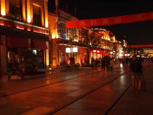 すっかり夜になってライトアップされた街並み。<br />ただ結構閉まってます。メインストリートなのに!<br />路面電車は走っていました。スピードがあったので写真を撮ったけどぶれぶれ・・。<br /><br />ここは古い中国の街並みを再現した建物になっているので、テーマパークっぽい雰囲気です。<br />メインストリートには外資系のお店が並んでいました。<br />途中セフォラを見つけたので、持ってくるのを忘れたアイブロウブラシ(69元)を購入。<br />両サイド使いのアイシャドウブラシ(139元)もちょっと使ってみたくて、ついでに購入。<br />お店にお客はわたしたちだけ。なんかちょっと気まずい・・^^;<br />しかし、ここのお姉さんが北京で出逢った店員さんの中で一番にこやか、優しかった。<br /><br />少し路地を入ると、庶民が生活する胡同(フードン)があり、全体的に薄暗くて夜歩くのはちょっと怖かった(笑)<br />でも生活感あふれまくりの小さな商店や安宿なんかを見ると、中国らしいなあって思います。<br />都会の、しかも世界でも有数の観光地のど真ん中とは思えません。<br /><br /><br />この後、翌日行く予定の京劇の劇場「湖広会館」の場所を確認するため、徒歩で胡同を歩いていきます。結構歩いた・・・たぶん40分ぐらい。<br />劇場の場所を確認した後、西単まで出て百貨店コスメフロアを覗いてみる。<br />日本と同じような雰囲気ですが、入っているコスメブランドは様々。<br />外資ブランドは日本と同じですが、ドメブラはひとつ下のラインがメインのよう。あとメイベリンがデパートコスメになっていた!びっくり!!