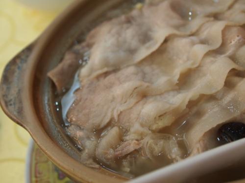 """店員さんからお勧めされた砂鍋。<br />ほかにも色々種類があったのだけど、たぶん一番シンプルなタイプをお勧めされました。<br /><br />""""砂鍋白肉(中)""""42元。<br />土鍋に豚バラ肉、春雨(しっかりした歯ごたえがあって食べ応えあり。これ緑豆春雨かな?)、白菜、キノコ(しめじっぽい)がコトコト煮込まれています。<br /><br />土鍋のことを砂鍋って言うんですね〜<br />豚バラが甘くて美味しかった!これも日本人が好きな味だと思います。<br />白菜は酸っぱくて浅漬けみたいな味・・・。最初は「白菜が新鮮じゃないのかな?」って思ったんだけど、酸っぱい白菜が入っているお料理なんだそうです。<br /><br />"""
