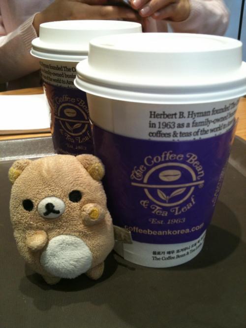憔悴しきったゆかパンチョ。<br /><br />とりあえず休憩しにカフェに行く。<br /><br />the coffee bean and tea leaf。<br /><br />ここのチャイラテが大好きなのです!5300wなり。<br /><br />まきさんからソウルに着いたという連絡があったので、待ち合わせ場所である忠正路のゴリラに移動する。