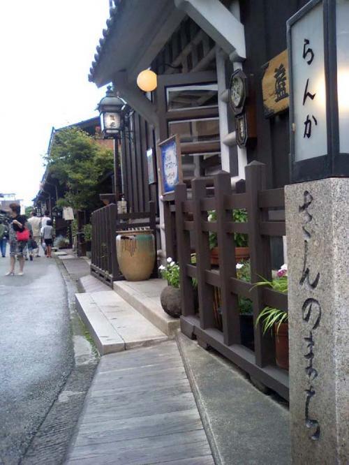 さんまち通りから路地に入ると風情る建物とお店たち^^ 平日なのでゆったりお散歩できました。外国の方も多く観光されてましたよ。<br /><br />