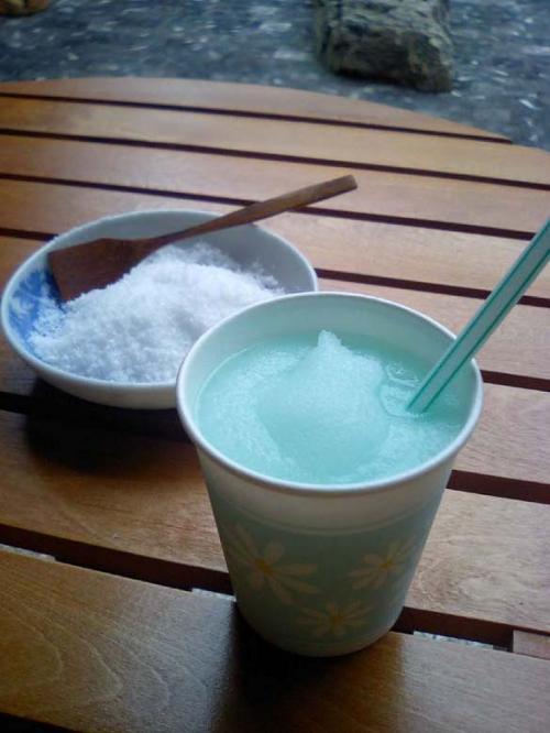 <船坂酒造店><br /><br />酒シャーベットでひとやすみ。結構日本酒、効いてマス☆ 味はブルーハワイっぽいかな?