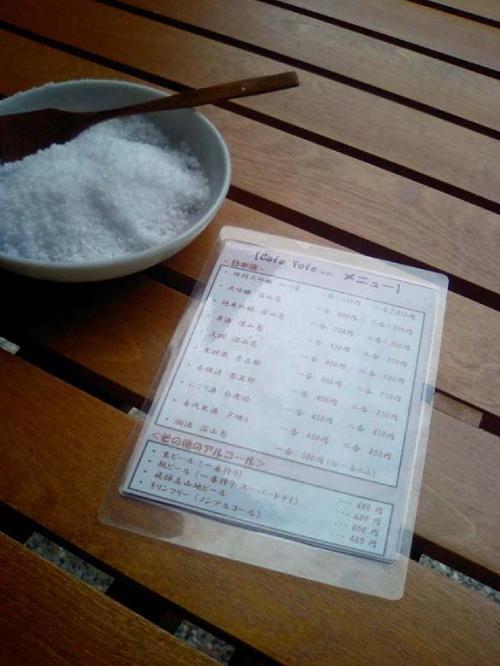 <船坂酒造店><br /><br />日本酒のテイスティングバーがあるので、テーブルにはつまみ用のお塩も。