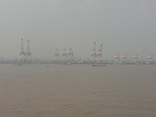 ぼやーんと見える上海の港。
