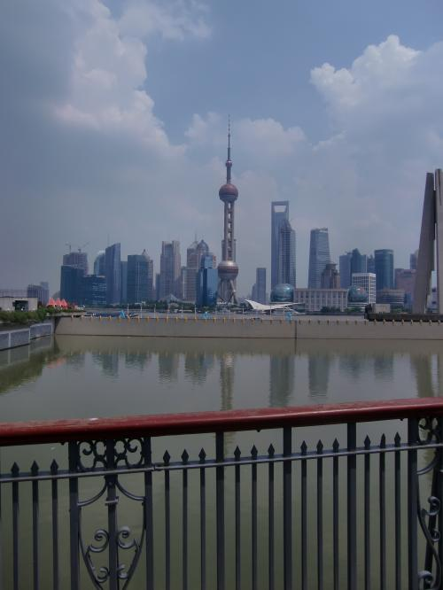 下船しました。<br /><br />子ども連れなど優先に降りて、バスに乗ります。そして検査場まで。<br /><br />この時の気温は40℃。<br />船の中との温度差が激しいですね。<br /><br />船はちょうど上海のテレビ塔の対岸につきます。