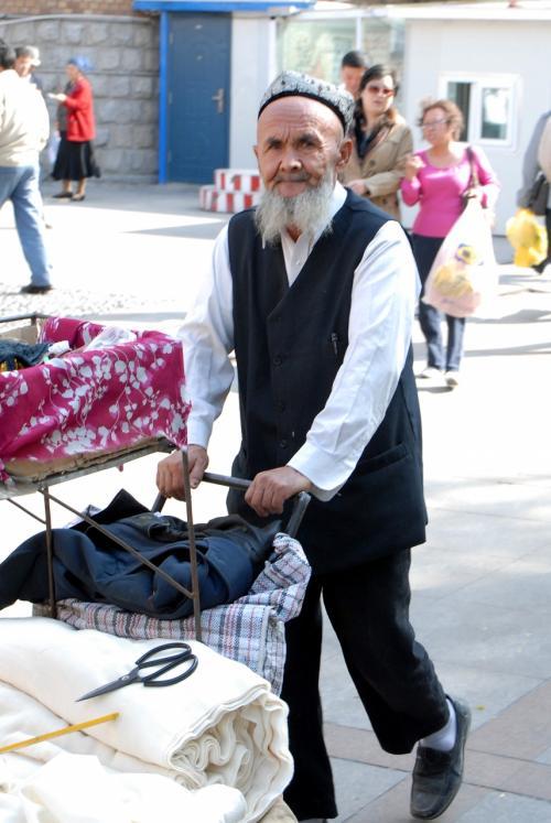 烏魯木齊のバザーで、服を運んでいたおじさん。<br /><br />何かコミカルな感じ〜♪