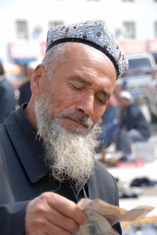 莎車の喀什噶爾路土日石頭バザーで、石を買ったお店のおじさん(お金、本物なんで安心してよ〜♪)。