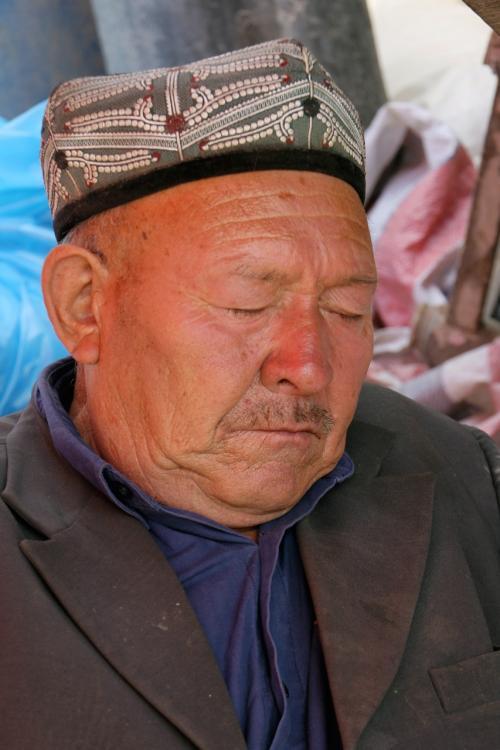 莎車の回城老街で、干果(ドライルーツ)を売ってたおじさんですが、しっかりぐっすり寝ておられます…のんびり〜♪<br />(11/6日、爺ぃ撮影の画像に変更しました)