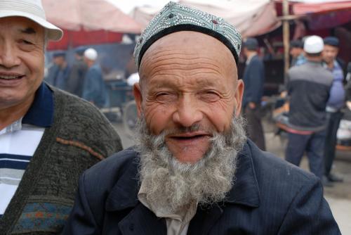 莎車の回城老街ですれ違った時に、爺ぃが世間話程度に話し掛けたおじさん<br />をパチリ!<br /><br />だって、ず〜っとニコニコして居るんですモン〜♪
