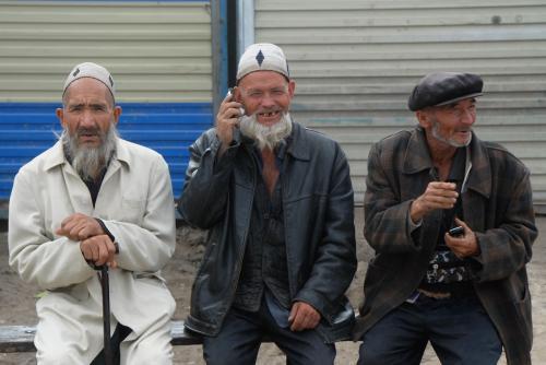 莎車の回城老街で、並んで座っていた鬚おじさんトリオ。老維老人達でも、今や携帯持ってますね〜♪<br />(老維:維吾爾人の年配者を指す表現)