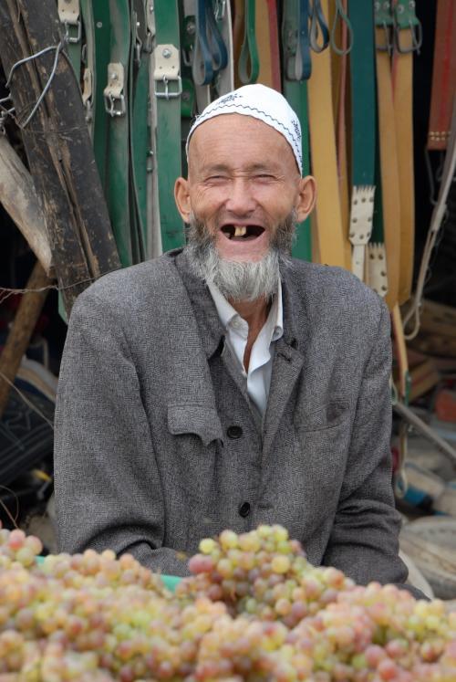 莎車の回城老街で、手押しリヤカーで葡萄を売っていた歯のないおじさん。。。(@@;<br /><br />歯がないですが、話せない事も無さそうでした。(歯のない話でした〜♪←意味不明・・・(ーー;)