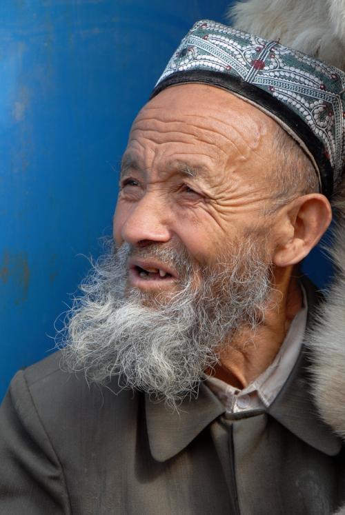 莎車の回城老街の毛皮屋のおじさん。<br /><br />おじさんの鬚、思いっきり前に飛び出ていますよね。<br />散髪メニューに「鬚ひっぱり」ってあるのかしらん?