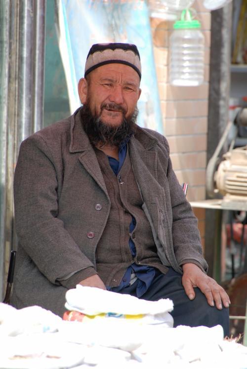 莎車の回城老街で、手袋などの日用品を売っているおじさん。<br /><br />でも維吾爾人って、夏でもこんなに厚着です。ジャケットまで合わせれば3枚は着てますね。<br />こまたちは半袖短パンです!