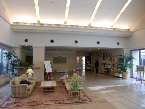 平日(月曜)の午後なのでホテルフロント・ロビー(写真)はひっそりとしている。