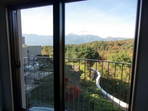 客室の窓(写真)からは八ヶ岳山麓のカラマツの黄葉と南アルプスが遠望できる。