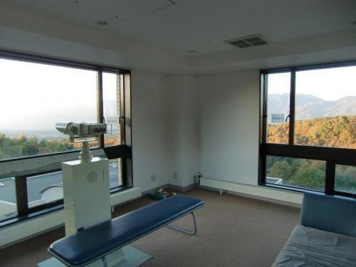 天気がいいのでホテル最上階にある展望塔(写真)に上がる。