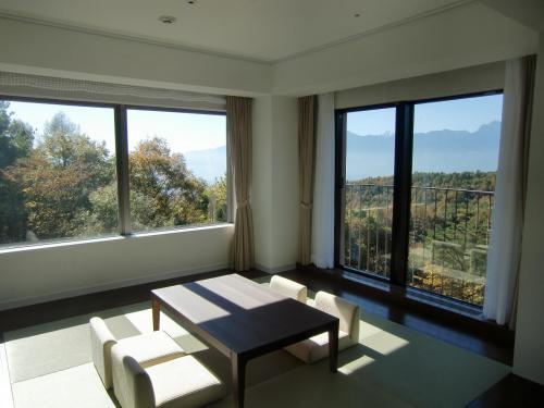 デラックス・ルームは5階のコーナーにあり、和室(写真)には南アルプス側と富士山側に大きな窓がある。(ただし、富士山は見えない)