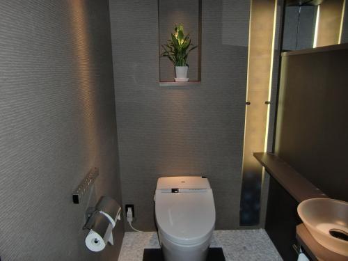 上品にまとめられたトイレ(写真)。くつろぎのトイレタイム‥‥。