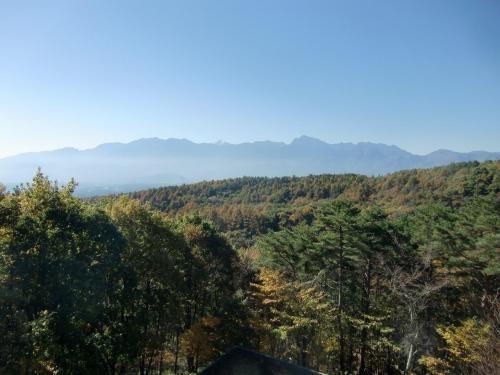 バルコニーから南アルプス(写真)を眺める。私はいつも上層階希望であるがここからの眺めも悪くはない。