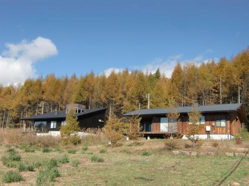 ホテルから小道を少し上ると小規模な別荘地帯になる。最近建築された別荘(写真)。
