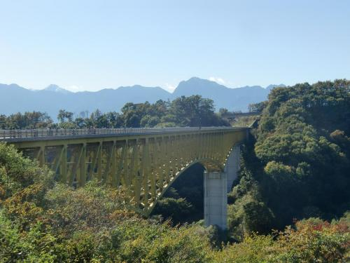 川俣川大橋(写真)を過ぎた所に駐車場があるので、ここに車を駐車し、川俣川大橋の真中まで歩く。